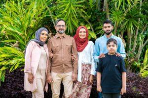 Hasnaa en compagnie de ses parents et ses deux frères